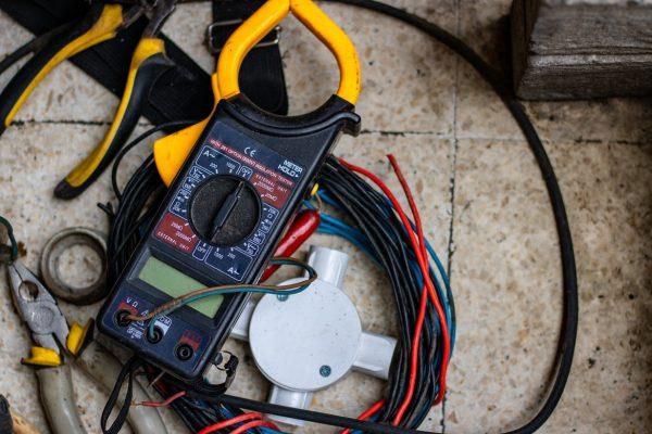 Conseils pour la renovation electrique : Embaucher un electricien
